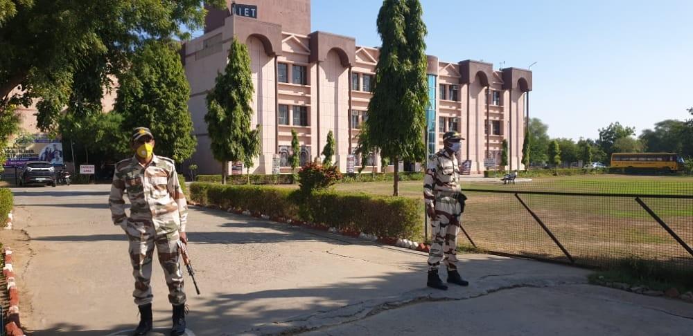 सुरक्षा के तीन घेरों के बीच में पहली बार अलवर में हो रही दिल्ली पुलिस कांस्टेबल भर्ती परीक्षा अलवर,Alwar - Dainik Bhaskar