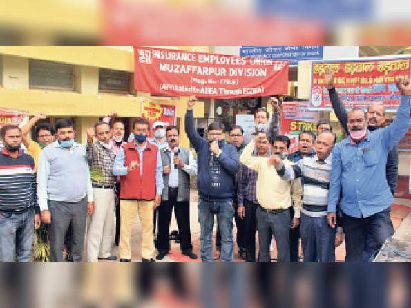 ट्रेड यूनियनों की हड़ताल के कारण बैंकिंग सेवाएं पूरी तरह ठप रहीं, जिले में 3 हजार करोड़ का ट्रांजेक्शन रुका|मुजफ्फरपुर,Muzaffarpur - Dainik Bhaskar