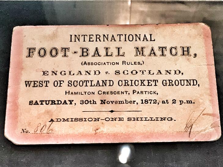 पहले इंटरनेशनल फुटबॉल मैच की टिकट।