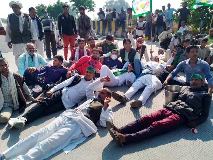 मथुरा में किसानों ने यमुना एक्सप्रेसवे जाम कर दिया।