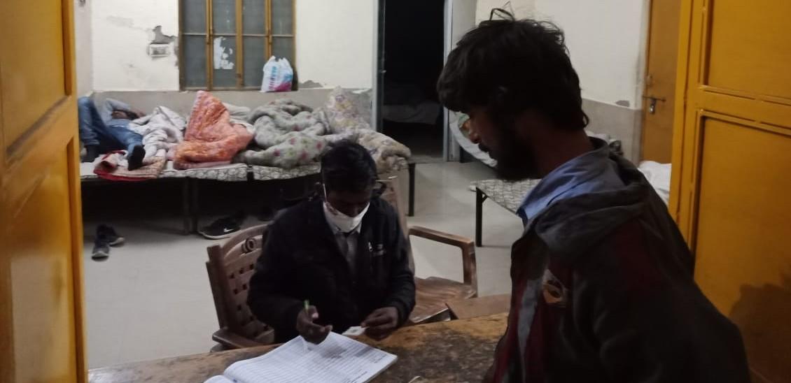 रैन बसेरा में कोविड गाइडलाइन का उल्लंघन, संभाग आयुक्त ने जिम्मेदारों को लगाई व्यवस्था सुधाराने के आदेश दिए अलवर,Alwar - Dainik Bhaskar