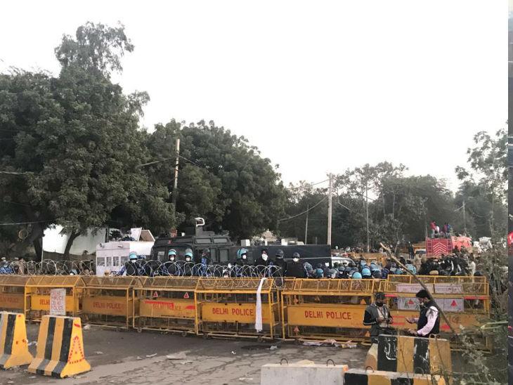 सिंघु बॉर्डर पर दिल्ली पुलिस ने तीन लेयर में बैरिकेडिंग कर रखी थी। सबसे आगे कंटीले तार थे। फिर ट्रकों को बैरिकेड की तरह लगाया गया।