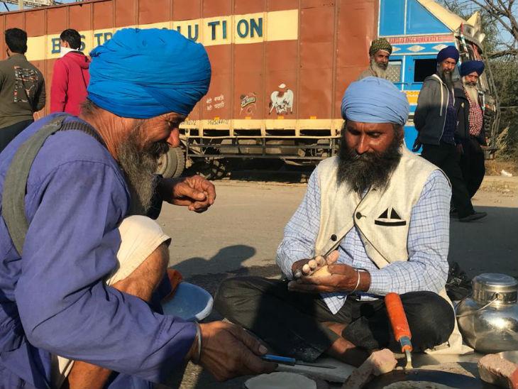 किसानों की दिल्ली में बड़े आंदोलन की तैयारी है। इसके लिए वे ट्रैक्टरों पर गैस सिलेंडर और चूल्हे लेकर चल रहे हैं।