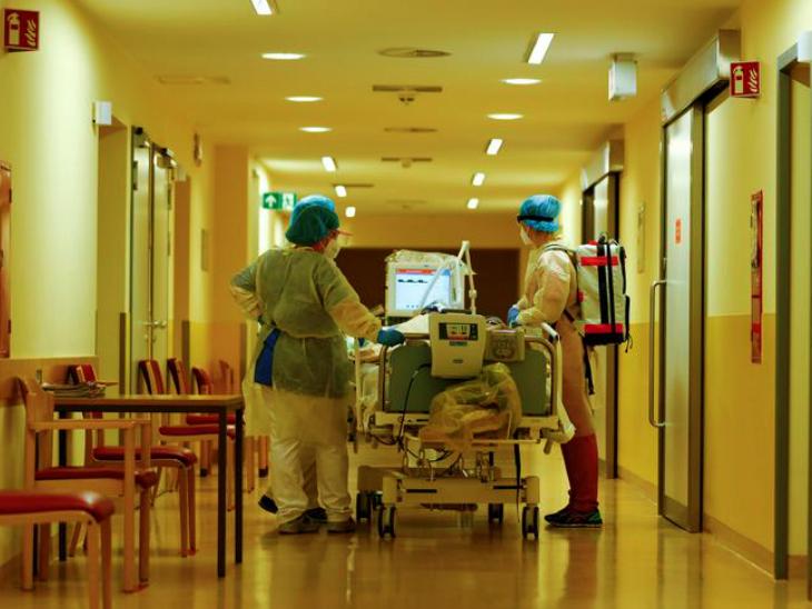 बर्लिन के एक अस्पताल में मरीज के साथ मौजूद स्टाफ। देश में संक्रमितों का आंकड़ा 10 लाख से ज्यादा हो गया है। आईसीयू में भर्ती होने वाले पेशेंट्स की संख्या भी बढ़ रही है।