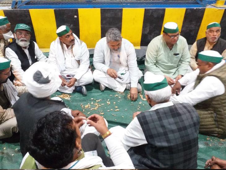 आगे की रणनीति तैयार करते किसानों का समूह।