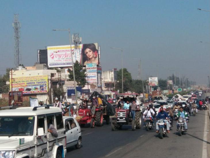 दिल्ली की ओर कूच करता हुआ किसानों का हुजूम।