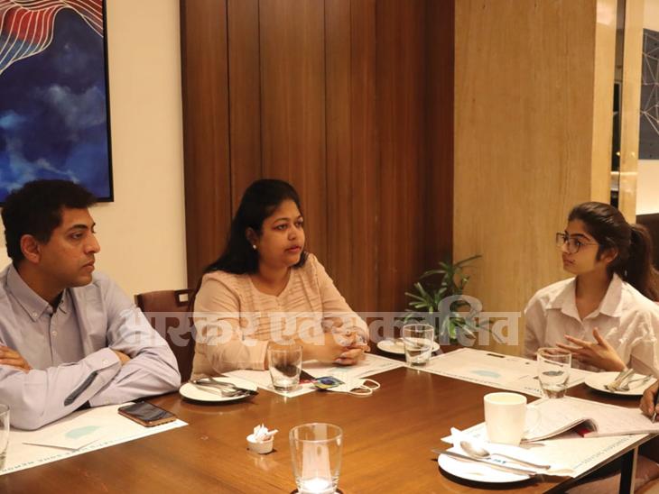 कोर्ट के काम से आई कुहू अपने वकील प्रियंका राणे पाटिल और सुदत्त पाटिल के साथ होटल में रुकी हैं।