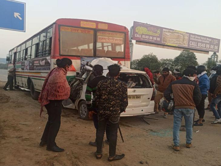 यूपी के ग्रेटर नोएडा में शनिवार सुबह एक इनोवा कार ने पीछे से रोजवेज बस को टक्कर मार दी जिसमें चार लोगों की मौत हो गई। - Dainik Bhaskar
