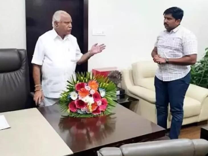 कर्नाटक के मुख्यमंत्री बीएस येदियुरप्पा और उनके राजनीतिक सचिव संतोष। (फाइल फोटो) - Dainik Bhaskar