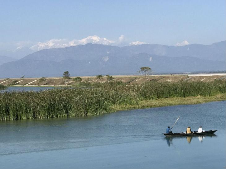 दार्जिलिंग की पहाड़ियों से कंचनजंगा की सफेद बर्फ को देखने के लिए देश के कोने-कोने से लोग यहां आते हैं।