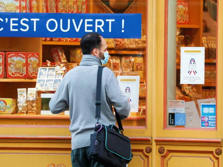 फ्रांस की राजधानी पेरिस में शनिवार को एक गिफ्ट शॉप पर मौजूद ग्राहक। फ्रांस सरकार ने कुछ प्रतिबंध हटा लिए हैं। अगर हालात काबू में रहे तो बाकी प्रतिबंध भी जल्द ही हटाए जा सकते हैं। इसकी घोषणा सोमवार को की जा सकती है।