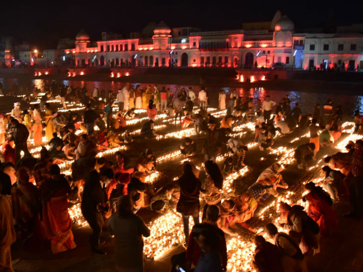यह फोटो अयोध्या की है। रविवार की शाम को कार्तिक पूर्णिमा पर श्रद्धालुओं ने सरयू नदी में स्नान किया। इसके बाद दीप जलाकर देव दीपावली मनाई। - Dainik Bhaskar