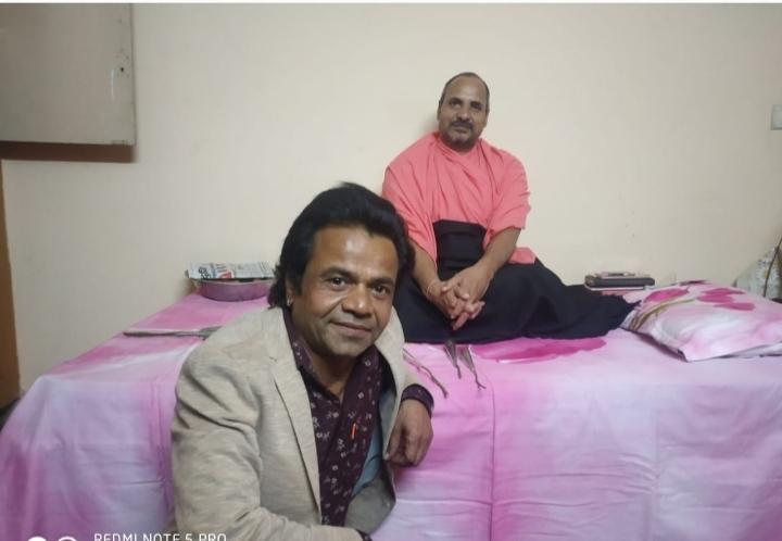 संत रामप्रसाद महाराज के साथ बैठे फिल्म अभिनेता राजपाल - Dainik Bhaskar