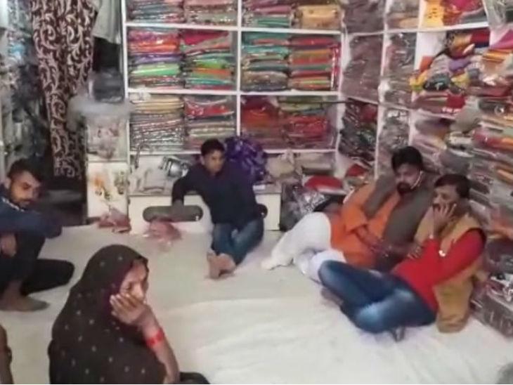 गम के माहौल में दुकान पर बैठा परिवार।