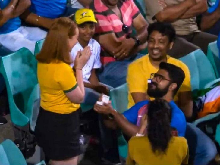 भारत-ऑस्ट्रेलिया के बीच दूसरे वनडे के दौरान भारतीय युवक ने रिंग देकर ऑस्ट्रेलिया की लड़की को प्रपोज किया। - Dainik Bhaskar