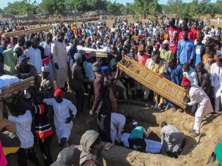 गांव के पास बने मैदान में आतंकी हमले में मारे गए गांव वालों के शव दफनाए गए।