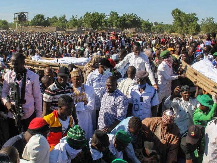 आतंकी हमले में मारे गए लोगों के शव दफन करते स्थानीय लोग और प्रशासन।