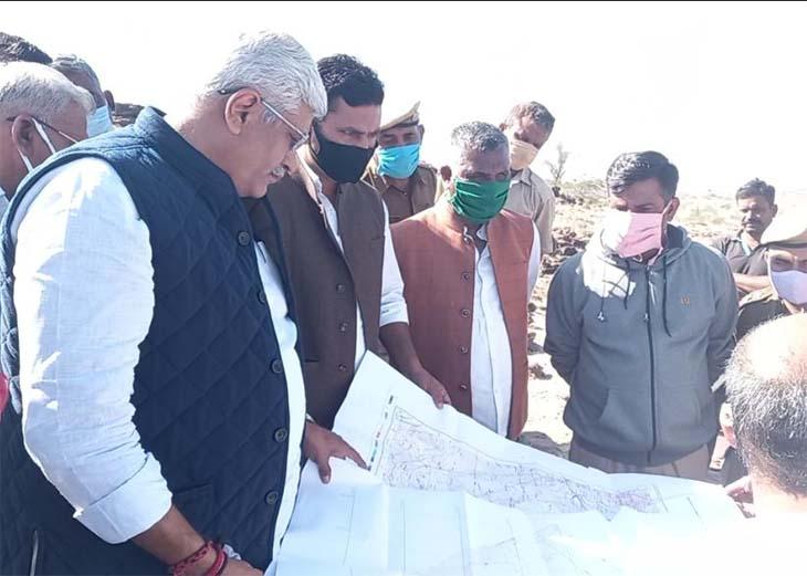 बांध परियोजना की जानकारी लेते जल शक्ति मंत्री शेखावत।
