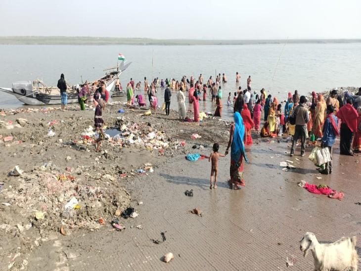 भागलपुर के बरारी पुल घाट पर गंदे पानी में डुबकी लगाने को विवश दिखे लोग।