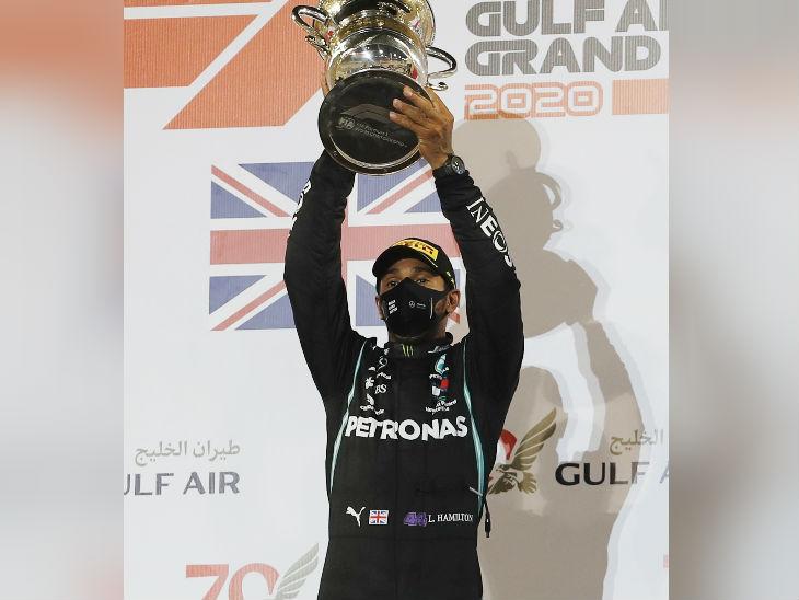 बहरीन रेस जीतने के बाद ट्रॉफी के साथ हैमिल्टन।