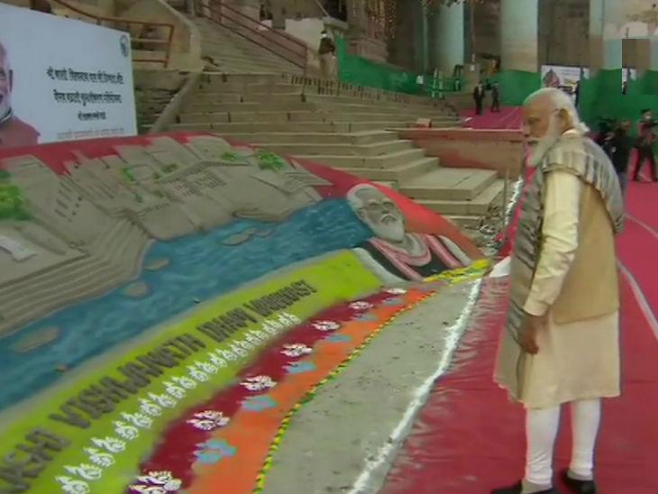 काशी के घाट पर बालू से बनी कलाकृतियों को निहारते प्रधानमंत्री नरेंद्र मोदी।