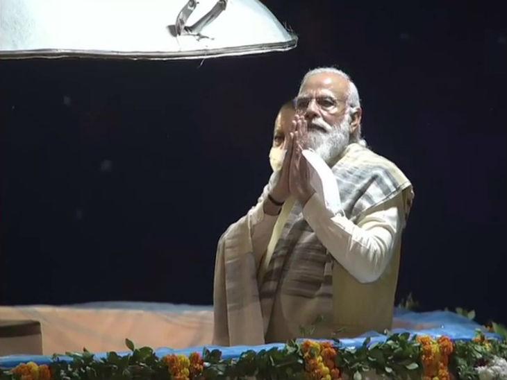 विश्वनाथ मंदिर पर पूजा के बाद अलकनंदा क्रूज पर नरेंद्र मोदी।