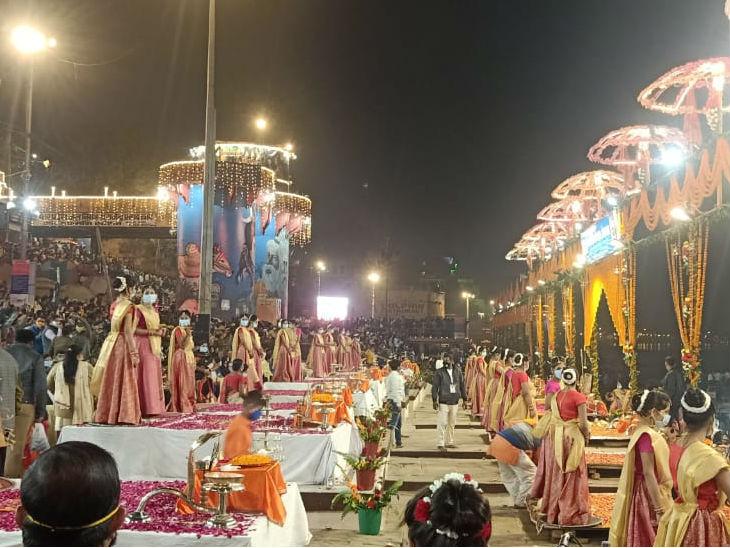 राज घाट पर हुई आरती में 21 बटुक और 51 कन्याएं शामिल हुईं।