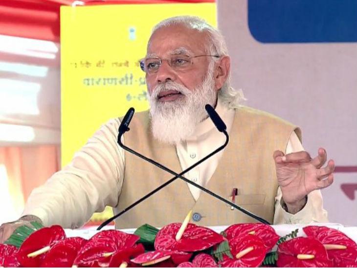 यह फोटो वाराणसी की है। यहां खजुरी में प्रधानमंत्री ने जनसभा की और विपक्ष पर जमकर बरसे। - Dainik Bhaskar
