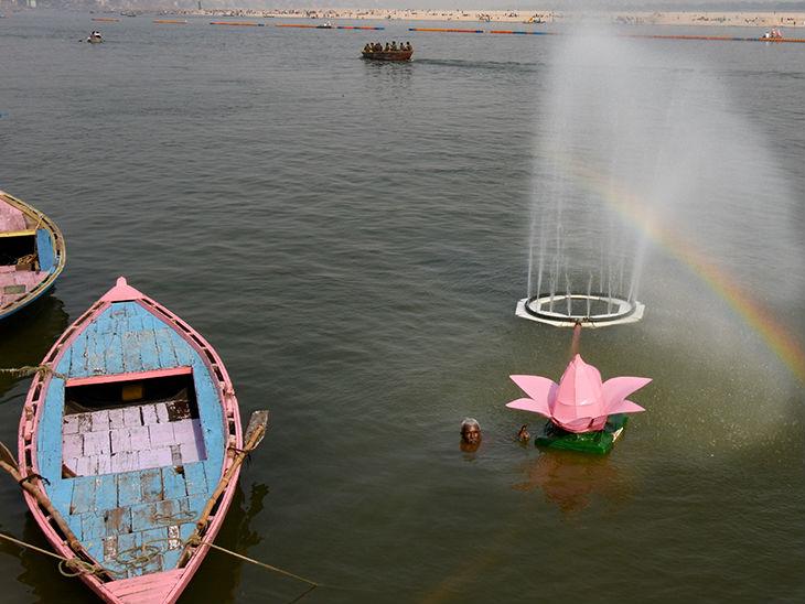 गंगा नदी में बनाया गया फौव्वारा।