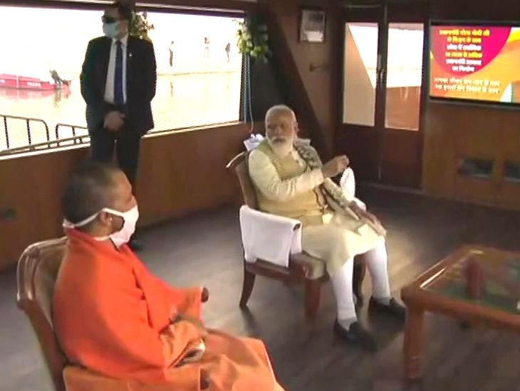 वाराणसी में क्रूज में सवार प्रधानमंत्री नरेंद्र मोदी व सीएम योगी आदित्यनाथ।