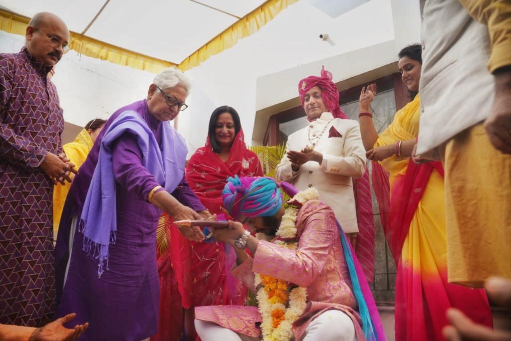महारानी हितेंद्र कुमारी दौलतपुर के नए महाराज ओंकर इंदर सिंह को शाही तलवार सौंपती हुईं।