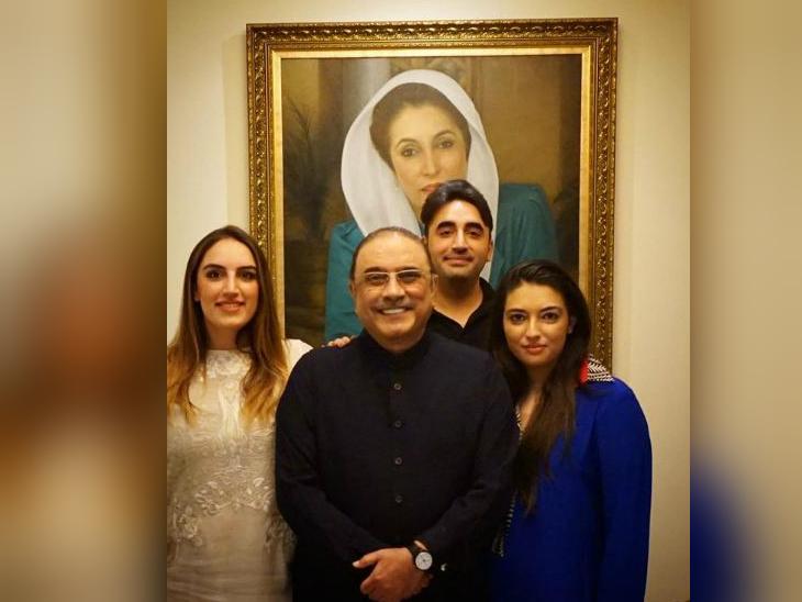 पिता और पाकिस्तान के पूर्व राष्ट्रपति आसिफ अली जरदारी के साथ उनके तीनों बच्चे। बाएं से बख्तावर भुट्टो, बिलावल भुट्टो और बिल्कुल दाईं तरफ आसिफा। पीछे मरहूम बेनजीर भुट्टो की तस्वीर नजर आ रही है। (फाइल)