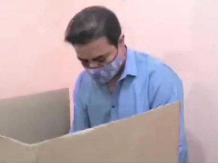 तेलंगाना के मंत्री और TRS नेता केटी राव ने वोट डाला।