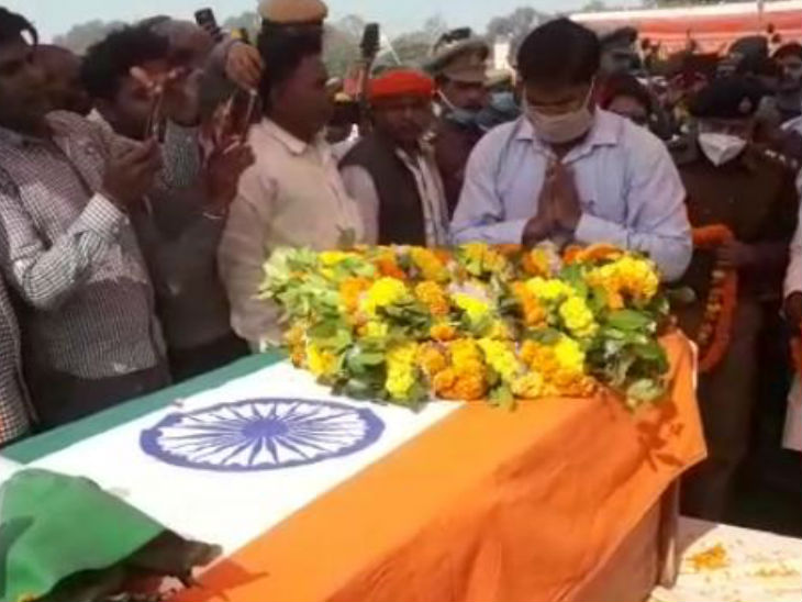 मिर्जापुर के जवान की हार्ट अटैक से मौत; पत्नी से आखिरी बार फोन पर कहा था- आज 2 मिनट प्यार से बात करो, मगर टूट गया था कनेक्शन वाराणसी,Varanasi - Dainik Bhaskar
