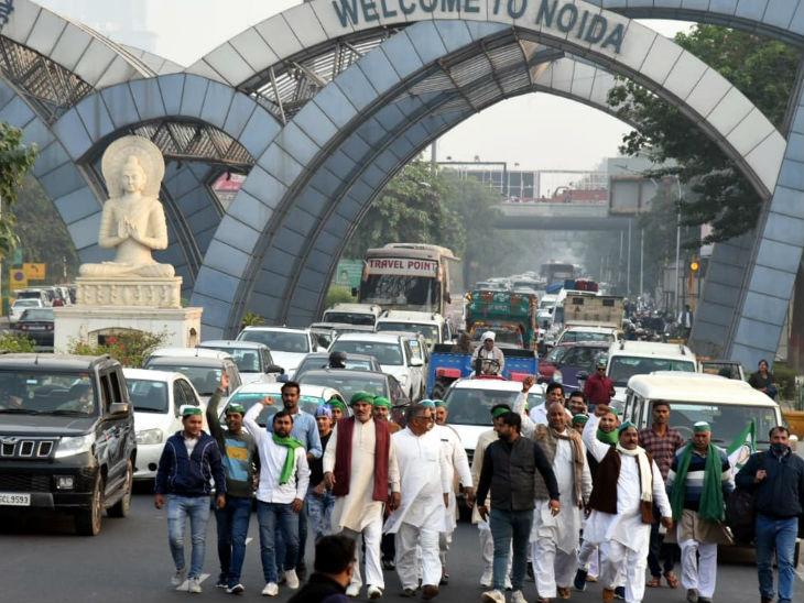 दिल्ली नोएडा बार्डर पर किसानों ने पैदल मार्च किया जिससे वाहनों की लंबी कतार लग गई।