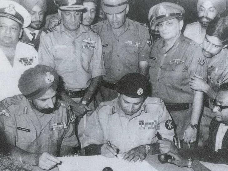 पूर्वी पाकिस्तान (अब बांग्लादेश) के सेना प्रमुख जनरल नियाजी सरेंडर के दस्तावेज पर साइन करते हुए। साथ में भारतीय सेना के लेफ्टिनेंट जनरल जगजीत सिंह अरोड़ा।