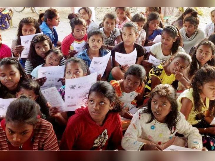 दोनों पति और पत्नी मिलकर गांव की बच्चियों को सिर्फ 10 रु की फीस पर पढ़ाते हैं।