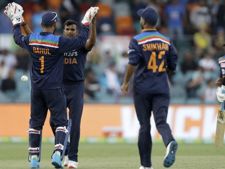 इंटरनेशनल क्रिकेट में डेब्यू कर रहे टी नटराजन में मार्नस लाबुशाने को आउट कर भारत को पहली सफलता दिलाई। टीम इंडिया को सीरीज में पहली बार पावरप्ले में विकेट मिला।