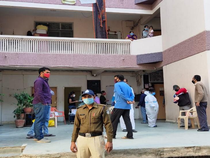 कोरोना टेस्ट करने गई टीम के साथ पुलिस भी मल्टी में पहुंची।