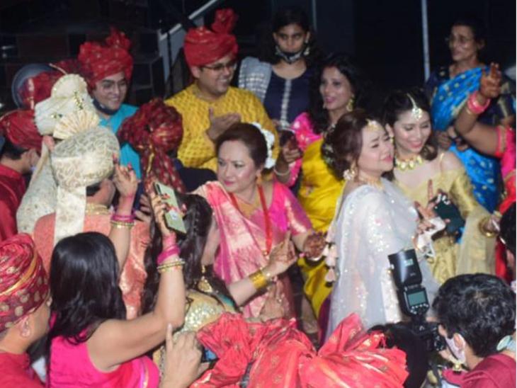 आदित्य की मां दीपा नारायण ने भी बेटे की शादी में खूब डांस किया।