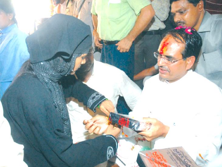 तस्वीर 24 अगस्त 2010 की है। तब मुख्यमंत्री शिवराज सिंह चौहान गैस राहत काॅलोनी में विधवा महिलाओं के बीच पहुंचे थे। उन्होंने ऐलान किया था कि इन बहनों को आजीवन 1 हजार रुपए पेंशन मिलेगी।