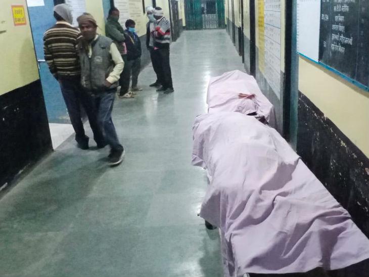 यह फोटो ललितपुर जिला अस्पताल की है। पुलिस ने शवों को पोस्टमार्टम हाउस भेज दिया है। - Dainik Bhaskar