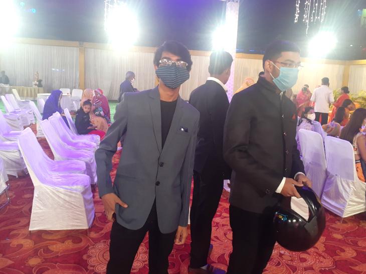 शादी समारोह में निरीक्षण करने के लिए प्रशासन के अधिकारी पहुंचे, उन्होंने सभी से मास्क पहनने की अपील की।
