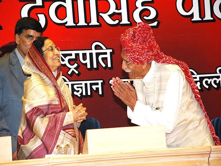 विज्ञान भवन में आयोजित एक कार्यक्रम में पूर्व राष्ट्रपति प्रतिभा देवी सिंह पाटिल के साथ धर्मपाल सिंह गुलाटी। फोटो-MDH वेबसाइट।