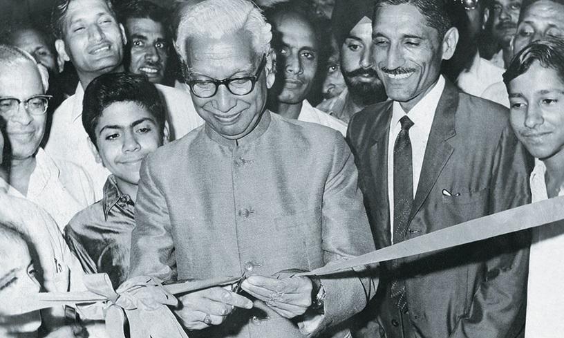 1969 में एमडीएच एगमार्क लैबोरेट्रीज के उद्घाटन समारोह में दिल्ली के मेयर हंसराज गुप्ता के साथ महाशय धर्मपाल गुलाटी। (फोटो- MDH वेबसाइट)