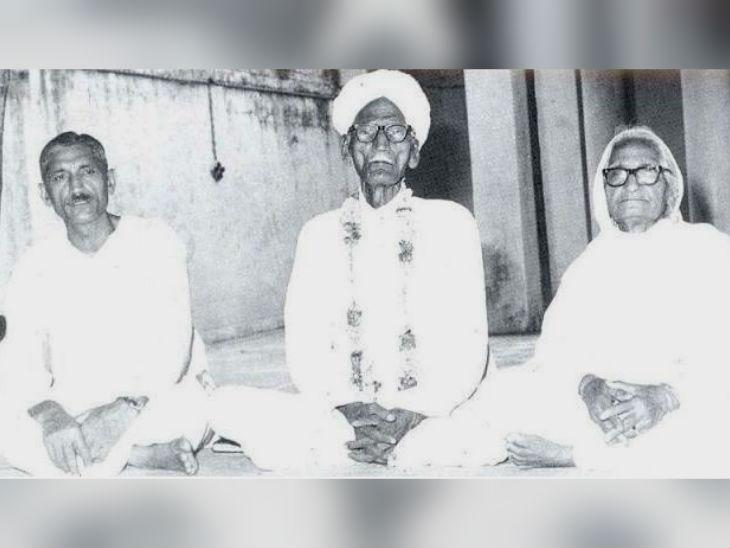 धर्मपाल गुलाटी (बाएं) पिता चुन्नीलाल और मां चन्नन देवी के साथ।
