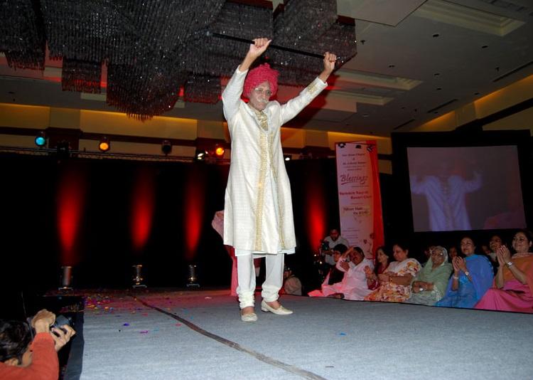 एक फैशन शो में हिस्सा लेते MDH के फाउंडर महाशय धर्मपाल गुलाटी। (फोटो- MDH वेबसाइट)