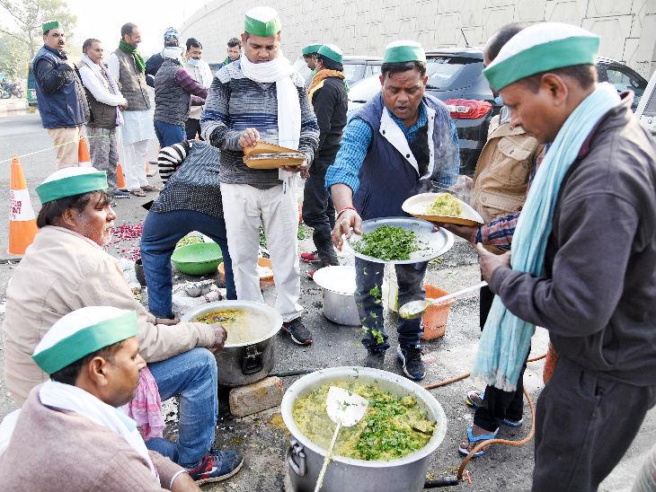 दिल्ली-गाजियाबाद बॉर्डर पर प्रदर्शन के दौरान लोगों को खाना बांटते भारतीय किसान यूनियन के सदस्य।