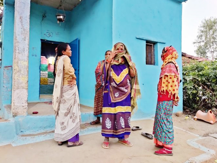 सूखा गांव में महिलाएं पीढ़ियों से सेक्स वर्क कर रही हैं और उम्र निकल जाने के बाद यहां की महिलाएं मजदूरी, खेती के काम से जुड़ जाती हैं।
