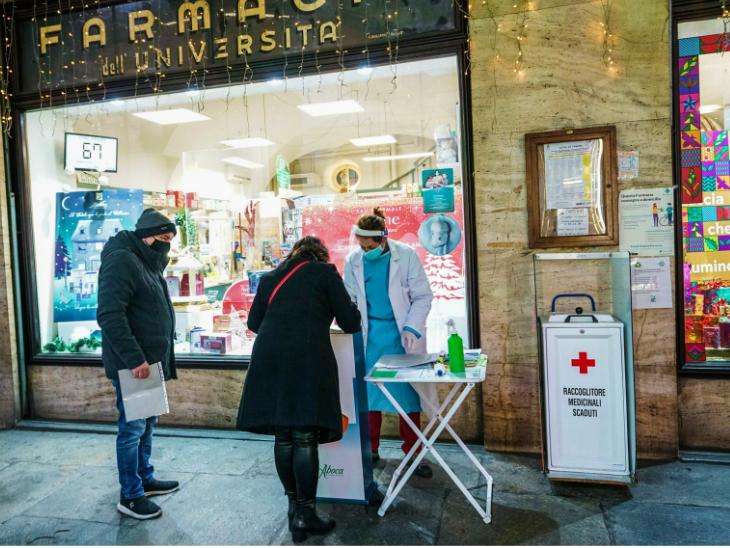 गुरुवार को इटली के तूरिन में एक मेडिकल स्टॉप पर मौजूद हेल्थ वर्कर। इटली सरकार ने साफ कर दिया है कि क्रिसमस और न्यू ईयर पर सख्त प्रतिबंध जारी रहेंगे।